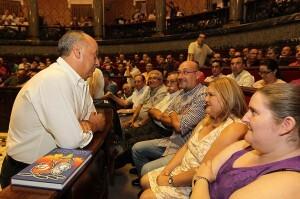 El edil de Fiestas y presidente de la JCF, Francisco Lledó, departe con los presidentes de falla/josep v. zaragoza