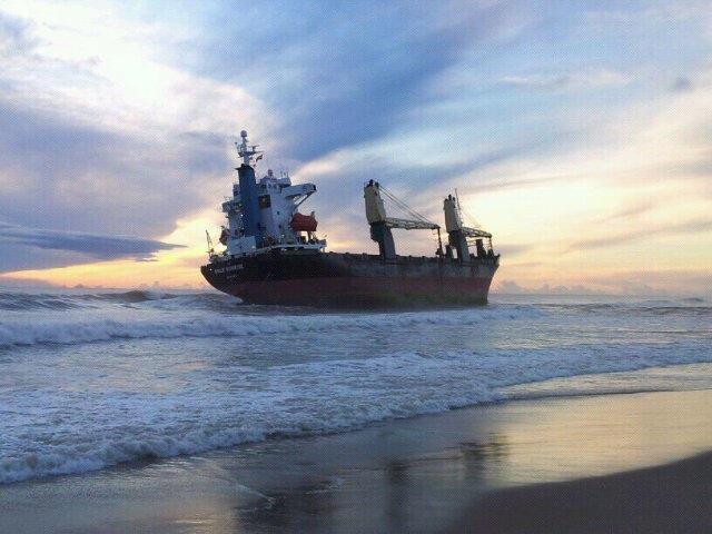 El portacontenedores ¨Sun Rise¨ha quedado varado a pocos metros de la playa de El Saler/par natural albufera