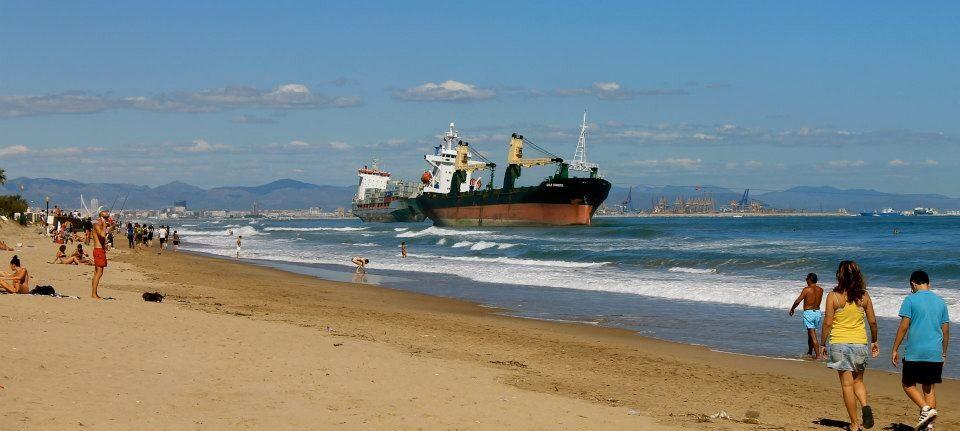 La playa de El Saler ha sido un foco de atracción turística para ver los dos grandes mercantes varados/r.d.