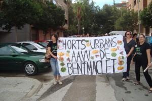 Varios vecinos de Benimaclet encabezaron el pasacalle festivo con una pancarta/aavv benimaclet
