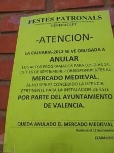 Cartel que colocaron los clavarios en las calles para explicar la suspensión del mercado medieval/vlcciudad
