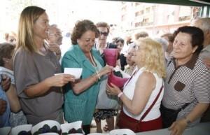 La concejala Lourdes Bernal con la alcaldesa en la inauguración del jardín de Torrefiel/vlc