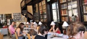 Interior de la biblioteca Carles Ros que se encuentra en la Casa Vestuario