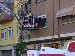 Los bomberos acceden a la ventana para sacar al enfermo/m.c.