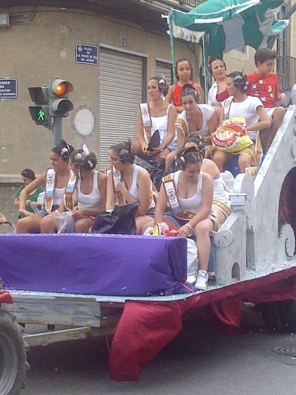 Un grupo de jóvenes con peinetas en una de las carrozas/vlcciudad