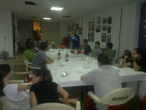 Reunión de la directiva, con el presidente, Jordi Simó, de pie, con los representantes de las bandas de cornetas y tambores preparatoria del certamen/granaderos cabanyal