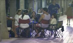 Una familia cena en una de las zonas del paseo marítimo
