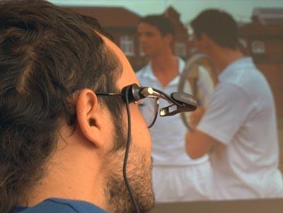 Un hombre con un sistema para ver películas para discapacitados