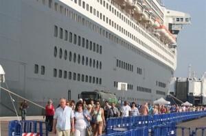 Un grupo de cruceristas en el muelle nada más bajar del crucero donde realizan la travesía/turismo valencia