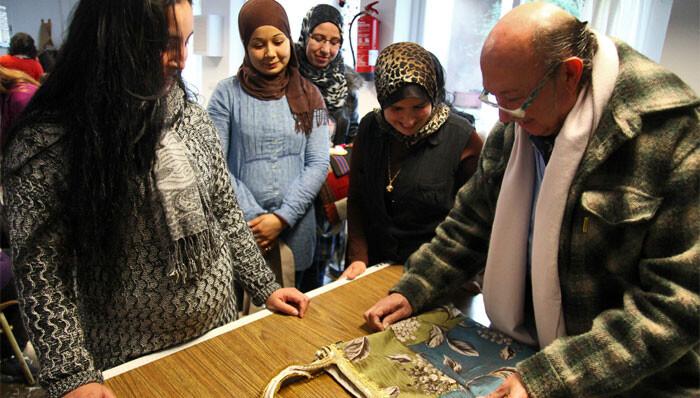 Francis Montesinos impartiendo un taller a mujeres en riesgo de exclusión social en Sagunto