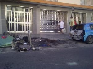 Vista de la zona donde se ha producido el fuego y los daños en la calle Antonio Juan al mediodía de hoy/vlcciudad