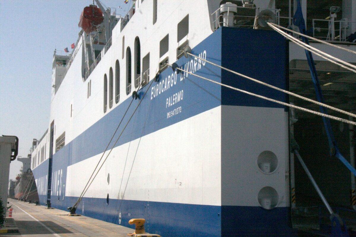 El Eurocargo Livorno de Grimaldi en el muelle de la terminal del puerto de Valencia/miguel calatayud