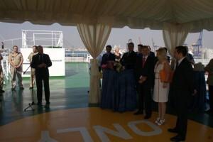 Vista del acto oficial en la cubierta del mercante con el responsable de Grimaldi y demás autoridades/miguel calatayud