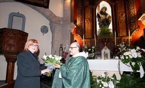 La Honorable Clavariesa, Encarna Mestre, en la ofrenda floral en la Casa Natalicia de San Vicente Ferrer/jcv