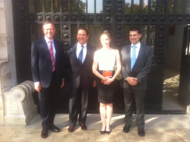 El edil de Urbanismo con la delegación australiana en la puerta del edificio de Tabacalera/ayto. vlc