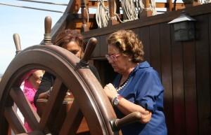 Barberá y Johnson en el barco La Pepa cerca del timón/ayto. vlc
