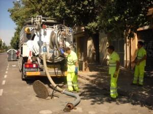 Un grupo de operarios limpieza un colector de la ciudad/ayto vlc