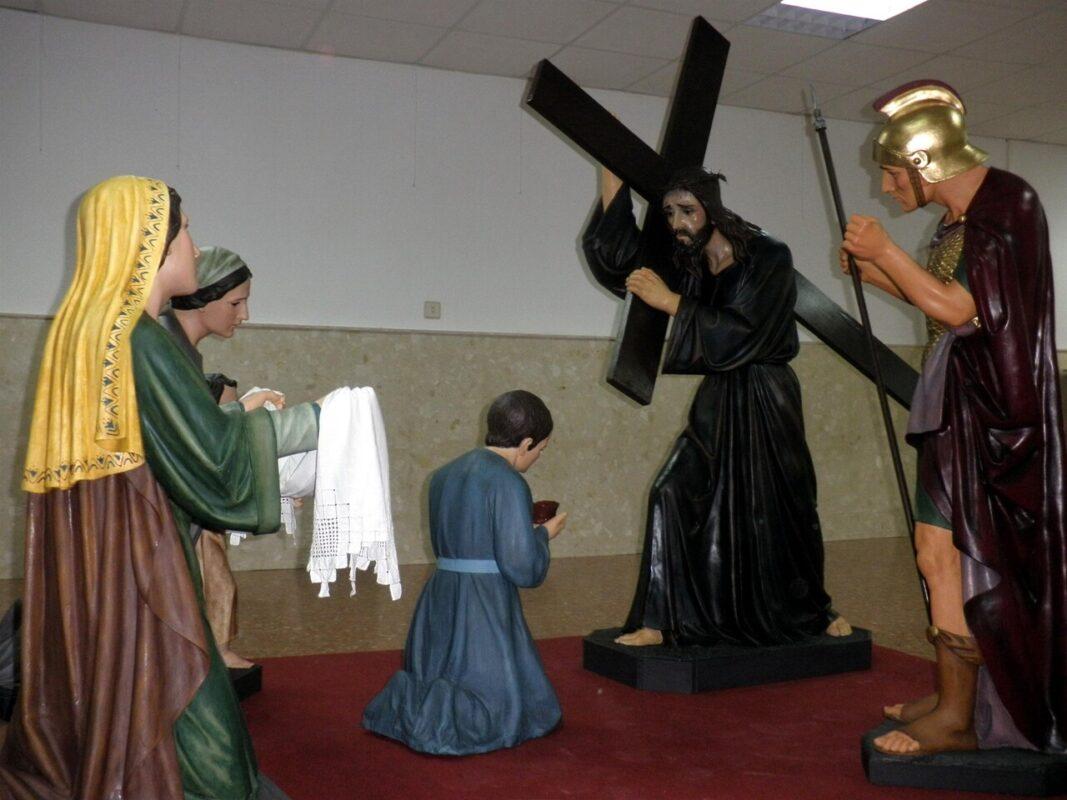 El paso escultórico después de la restauración guiada por dos cofrades especialistas en Bellas Artes/Longinos