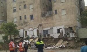 El muro que cayó del edificio en la ciudad de Lorca en la jornada de ayer/twitter