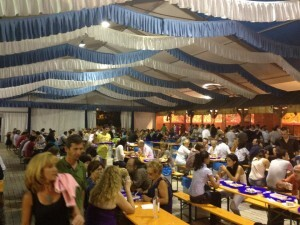 El público ha respondido a MarisGalicia como se aprecia en el interior de la carpa/MarisGalicia