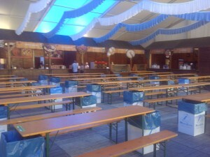 Interior de la carpa de MasGalicia con las mesas y papeleras/vlcciudad