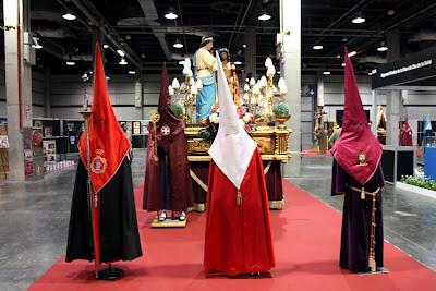 Los asistentes a las jornadas visitaron la Feria Diké donde una de las figuras estaba ataviada con la indumentaria de los cofrades del Medinaceli del Grao de Valencia/manolo guallart