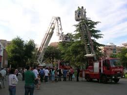Un grupo de personas en una visita al parque de Bomnberos de Valencia