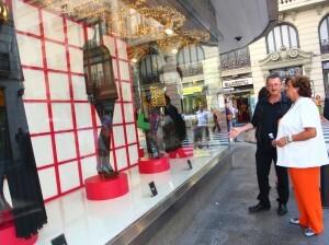Vidal enseña a Barberá el escaparate que ha colocado El Corte Inglés/josé sapena