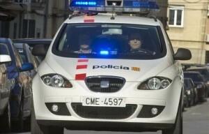 Un vehículo de los Mossos d´Esquadra patrulla por Lleída