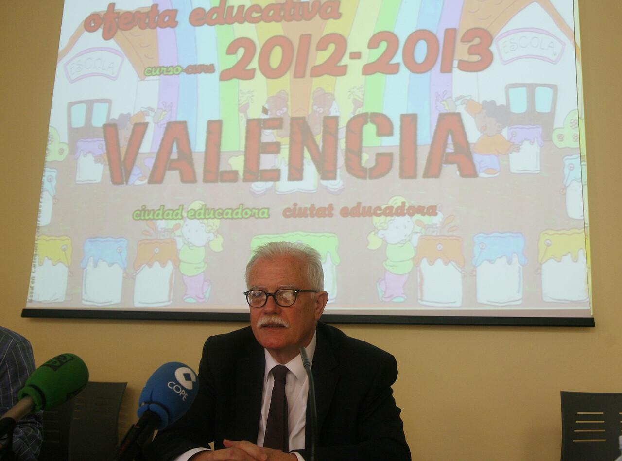 El edil de Educación, Ramón Isidro Sanchis, en la comparecencia pública explicando los proyectos/ayto vlc
