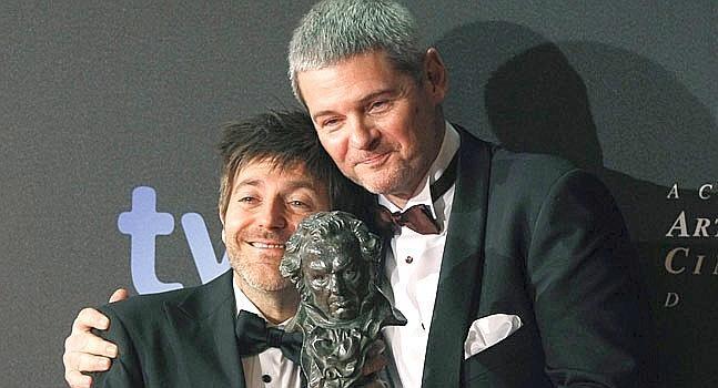 Paco Roca, a la izquierda, con el Goya a la mejor película de animación
