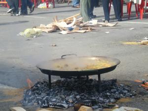 Una paella en plena cocción en uno de los concursos de las cofradías