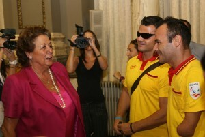 La alcaldesa conversa con dos de los deportistas/ayto. vlc