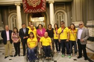 El grupo de Paralímpicos y deportistas Olímpícos con la alcaldesa y el edil de Deportes en el Salón de Cristal/ayto. vlc