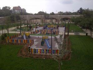 Uno de los parques junto al Pont de Fusdta