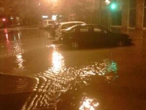 Una calle del barrio de Patraix anoche con agua procedente de Tres Forques/a.p.