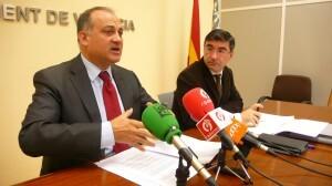 El edil Pedro M. Sánchez escucha al portavoz socialista, Joan Calabuig/gms