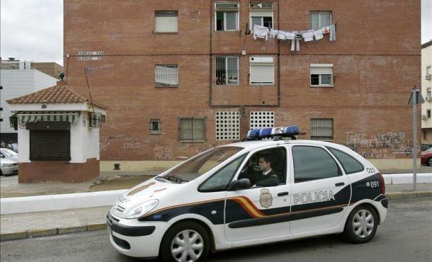 Un vehículo de la Policía Nacional patrulla por un barrio de la ciudad/efe
