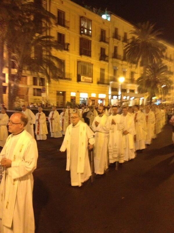 Los sacerdotes en la procesión hacía la iglesia de San Martín/a.b.