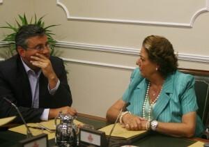 Barberá departe con el concejal de Deportes, Cristóbal Grau/josé sapena