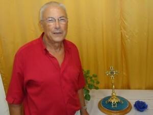 Un directivo de la Hermandad del Silencio y Vera Cruz con la reliquia de Cristo.