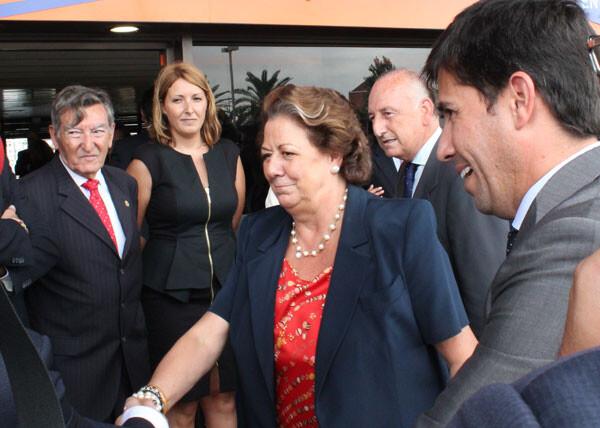 Rita Barberá saluda a su llegada a la nueva terminal.