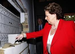 La alcaldesa en el día que se colocó la primera piedra del comedor social/ayto vlc
