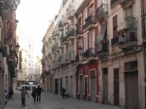 Una calle del barrio de Ruzafa con graves problemas de aparcamiento