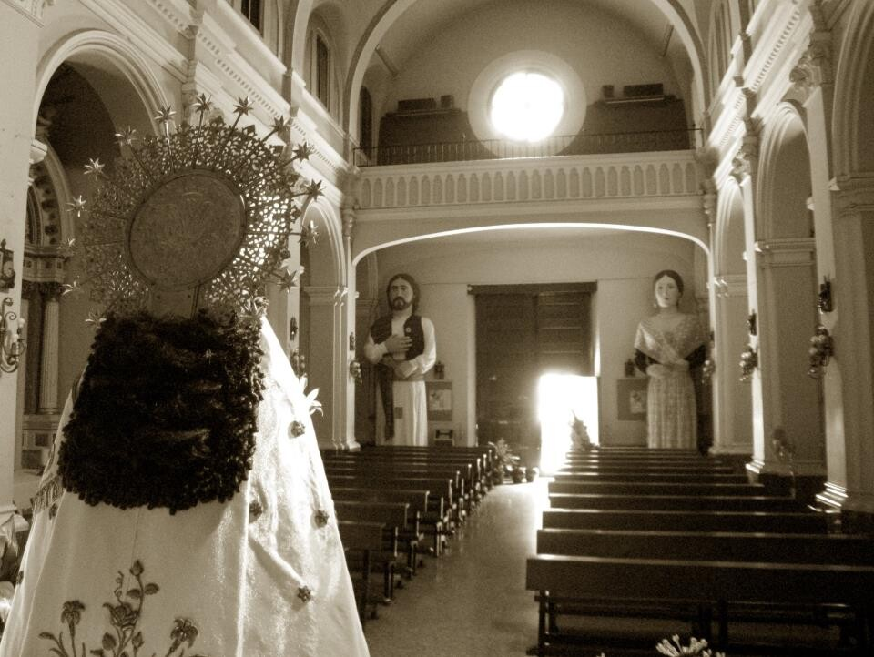 Interior de la iglesia de San Isidro con la imagen de la Virgen de espaldas y los gigantes al fondo