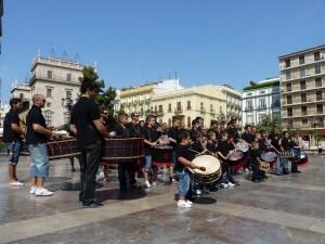 El grupo de tambores de Alzira durante la tamborada en la plaza de la Virgen/jhazlira
