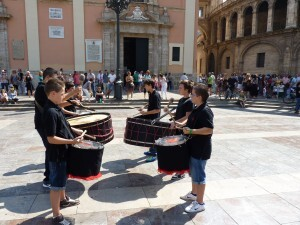 Un grupo de tambores con la Basílica al fondo/jhssalzira