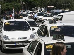 Decenas de taxis en una manifestación por las calles de Valencia