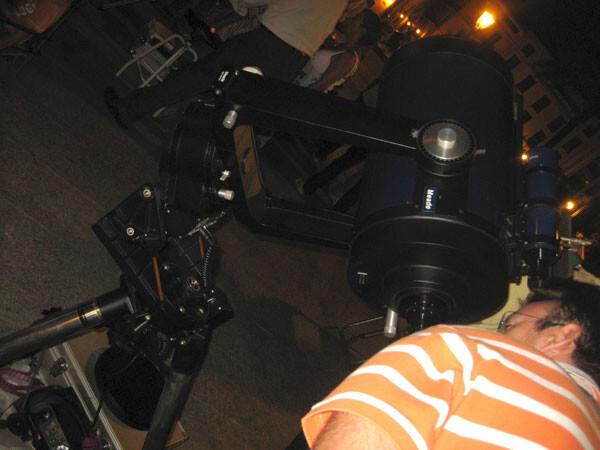 Observando por el telescopio la luna en cuarto creciente