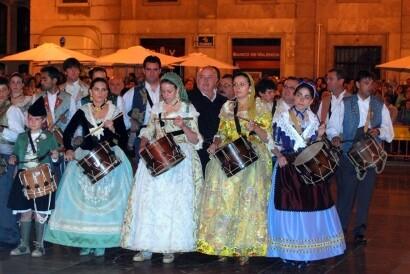 El colectivo Tio Vaina en un acto en la víspera de la patrona en la plaza de la Virgen